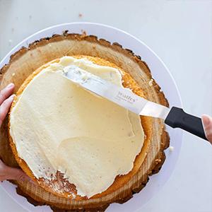 Angled icing spatula