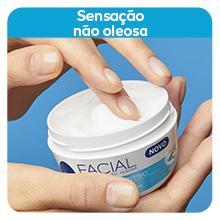 Imagem: pessoa passando a mão no NIVEA Creme Facial Nutritivo; Texto: Sensação não oleosa