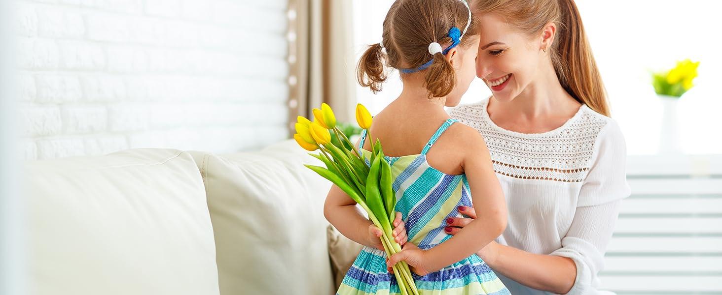 Dochter geeft bloemen aan moeder