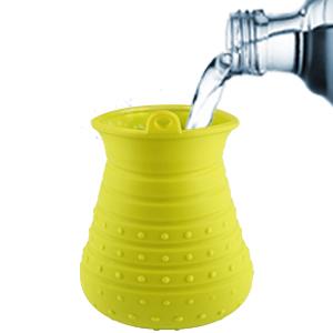 Gießen Sie Wasser in die Tasse