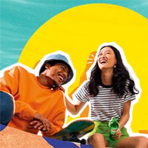 Een lachend koppel met skateboard, geniet van de zon met Lipton ijsthee