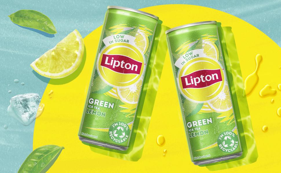 Lipton ijsthee van groene thee met ijsblokjes er om heen samen met citroenschijfjes