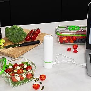 De pomp wordt via een USB-kabel in de keuken opgeladen.