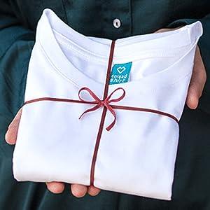 Ein mit Geschenkband verpacktes T-Shirt