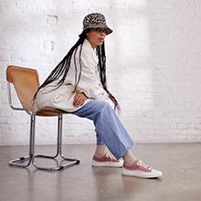 Una mujer está sentada en una silla