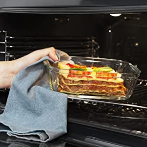 Leg een container met lasages in de oven.