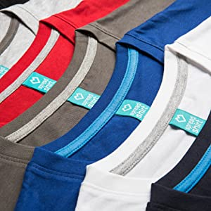 Mehrere T-Shirts liegen flach aneinandergereiht auf einer Unterlage