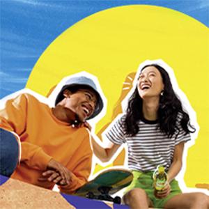 Twee lachende jongeren met een skateboard met felle kleuren op de achtergrond