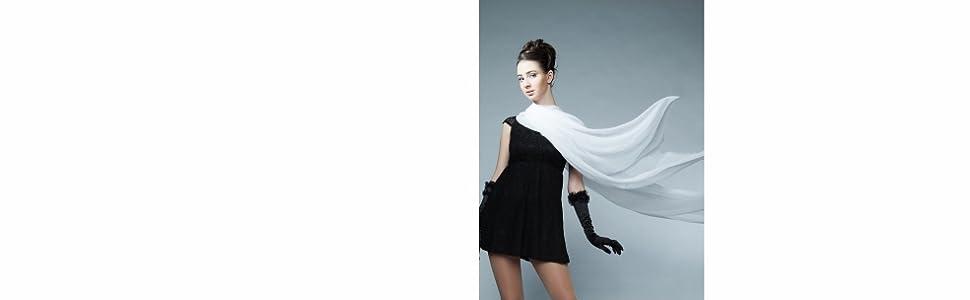 Frau in kurzem schwarzen Kleid mit flatternder ivory Stola