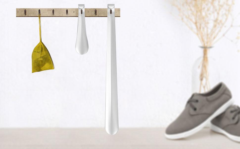 chausse-pied, accroché dans le casier à chaussures, plus pratique à prendre.