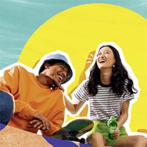 Een lachend koppel met skatboard geniet van de zon met Lipton ijsthee