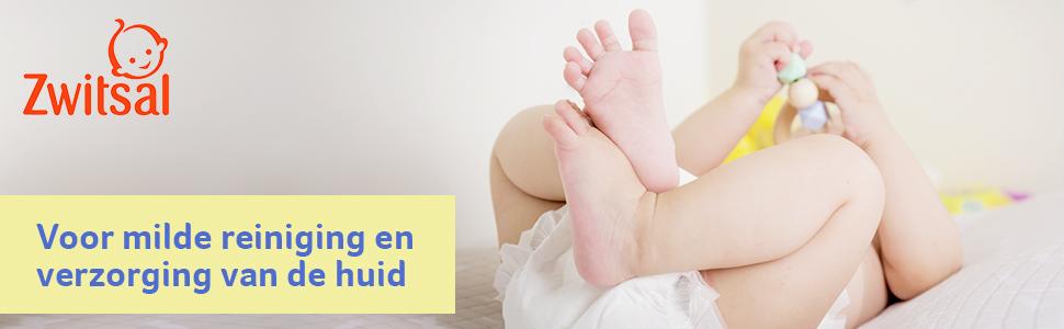 Baby in luier speelt met speelgoed met beentjes gekruist, Zwitsal SensitiveBillendoekjes verpakking