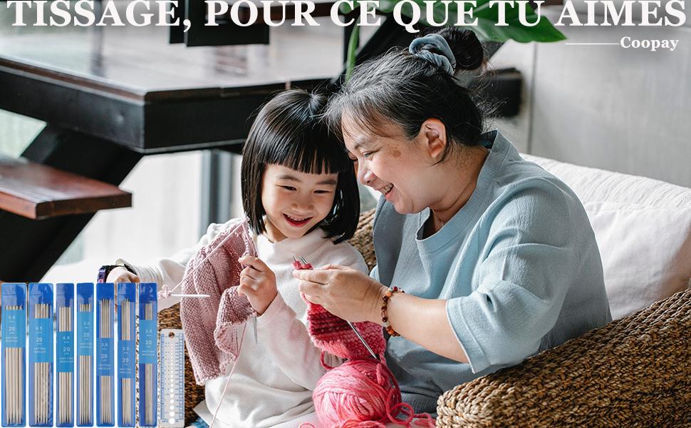 La petite-fille qui apprend à tricoter avec grand-mère