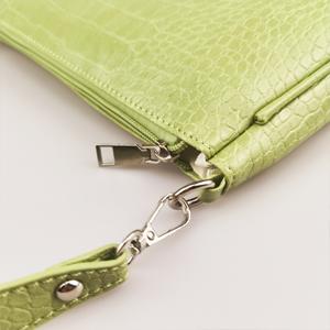 handbag with zipper closure