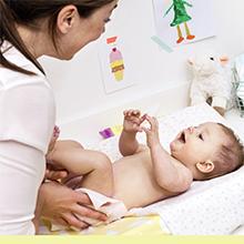 Moeder verschoont en verzorgt haar baby, met vochtige doekjes van Zwitsal