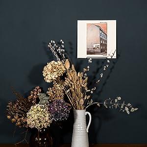 Afzonderlijke geluidsplaat aan de muur bevestigd. Geschikt voor mooie bloemen en donkere muur