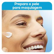 Imagem: mulher com hidratante no rosto; Texto: Prepara a pele para maquiagem