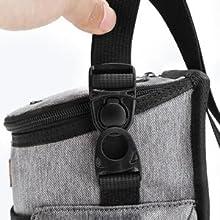 Mit dem verstellbaren Riemen können Sie ihn über der Schulter