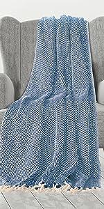 Marineblauwe plaid op fauteuil