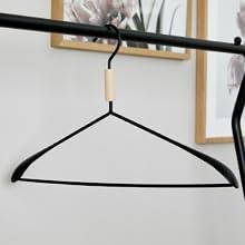 avons également un grand choix de cintres design de belles formes et de cintres combinés, qui