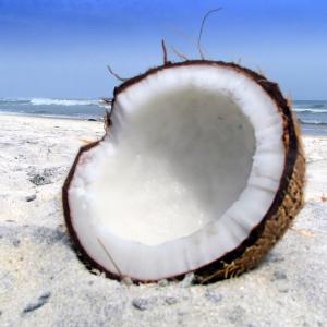 demi coco ouvert sur la plage