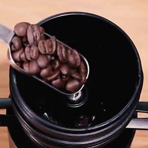コーヒー豆を入れてボタンを押すだけ