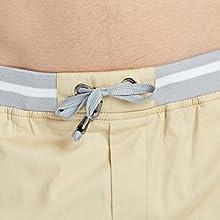 Pantalón Corto hombre con cordón ajustado en el interior.
