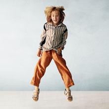 Una niña esta saltando
