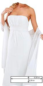 Frau im weißen Kleid mit einer weißen, im Rücken geknoteter Stola