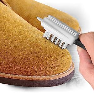 aérer le daim avec la brosse