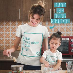 Mutter und Tochter backen in personalisierbaren T-Shirts