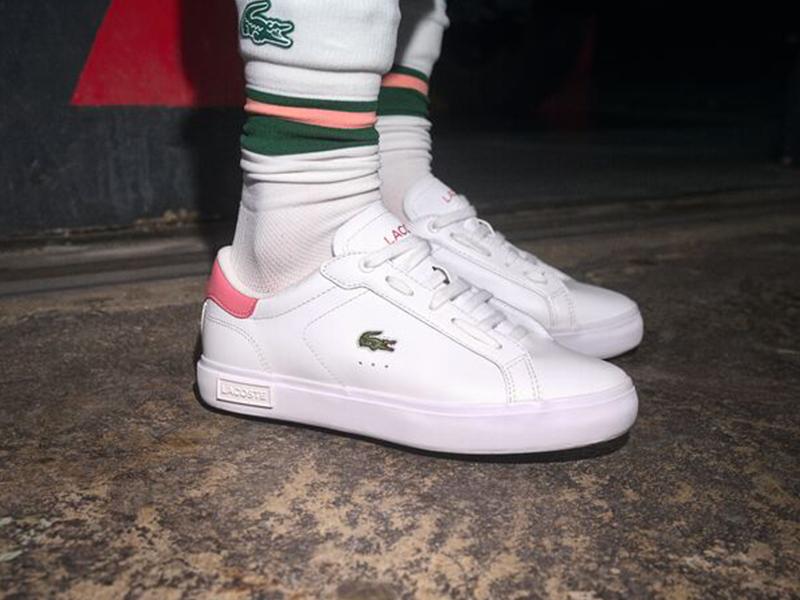 Baskets blanches et chaussettes relevées Lacoste