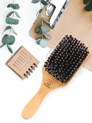 Daily use helps to bring the oil in the scalp to the end of the hair.