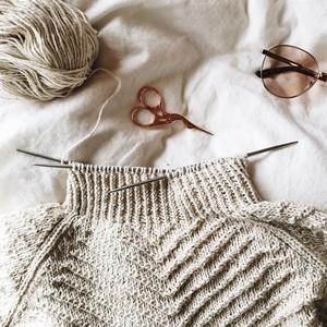 Le processus de tricotage d'un pull