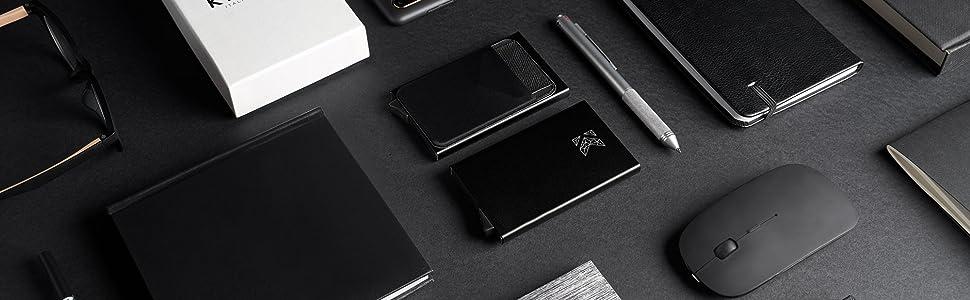 Porta carte di credito assieme ad altri oggetti