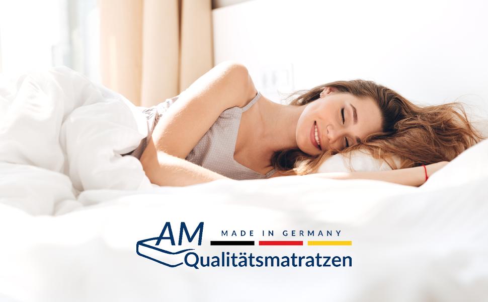 Zufriedene, schlafende Frau mit AM-Qualitätsmatratzen Logo
