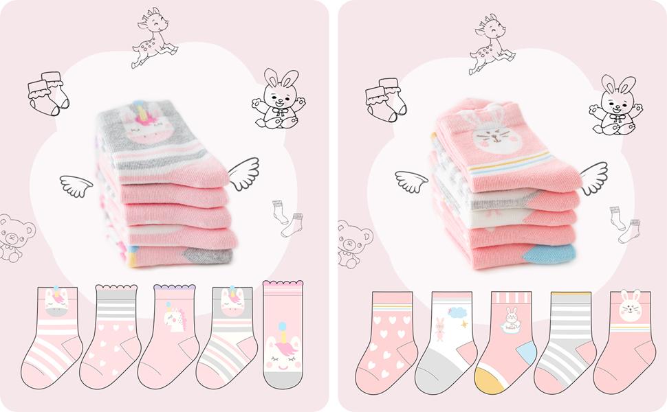 Una niña viste el calcetines tobillo para combinar con otras prendas, 5 pares en rayas divertidos.