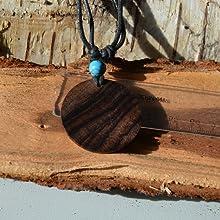 Collana con venature del legno.