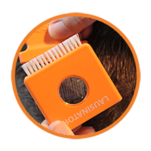 Die Lupe des Lausinator Läusekamms in Detailaufnahme vor Haaren