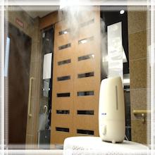 施設の玄関での噴霧