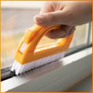 un jeu de brosses pour votre ménage. Nettoie les fenêtres, les coins et élimine les moisissures.