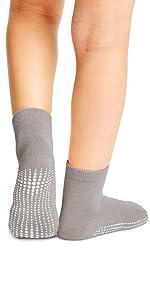 modello con calzini sportivi blu a taglio basso con suola antiscivolo a trazione massima antiscivolo