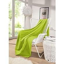 Die kuschelige und große Decke in grün ist die perfekte, praktische Dekoration.