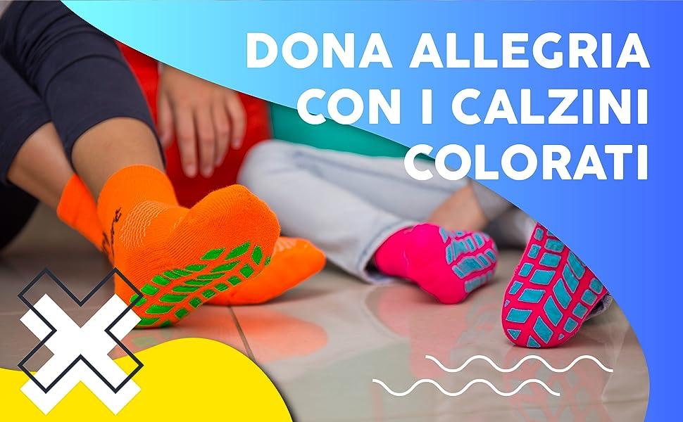 Dona allegria con i calzini colorati