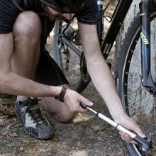 Negro Kit de reparaci/ón de pinchazos sin funci/ón de neum/áticos de Bicicleta multifunci/ón para v/álvula Presta Schrader de Alta presi/ón 210 PSI LIOOBO 1 Juego de Mini Bomba de Bicicleta