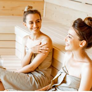 deux amies sont au sauna et font un peeling