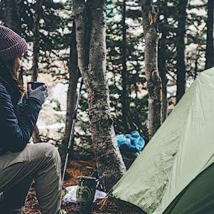 Camping met roestvrijstalen beker.