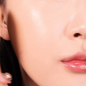 Create the look of moisturized skin and perfectly adhesive makeup