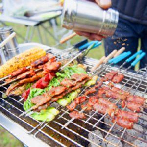 Femor Barbecue à Charbon Pliant Portable, BBQ de Table avec Double Ailes Pliantes, pour Barbecue de Jardin, Camping et Pique Nique, avec Poêle à Frire Antiadhésive et Évents Réglables, 70*30*73cm