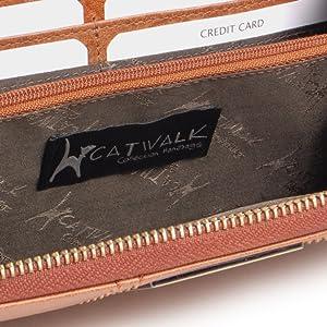 La parte interior presenta un precioso forro con una combinación de cuero y tela con firma.